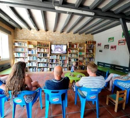 Ne manquez pas vos émissions TV favorites dans notre camping en Occitanie