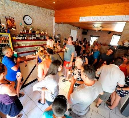 Moment convivial au bar du camping le Ventoulou en Occitanie